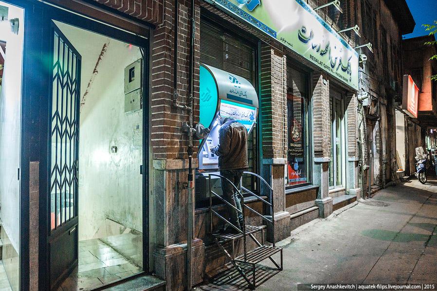 44. В городе полно банкоматов, но они работают только с картами иранской национальной системы. Visa