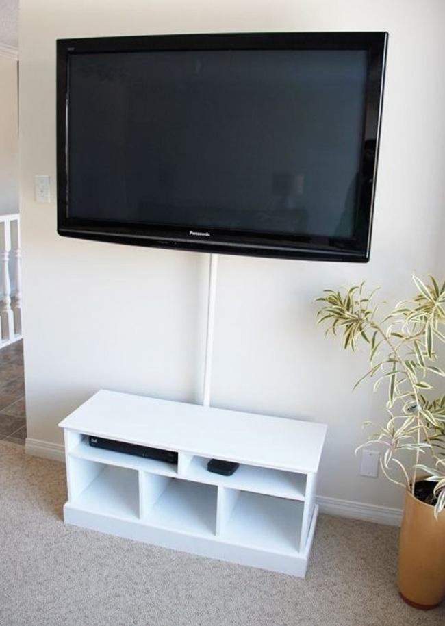 Телевизионные провода можно скрыть вштангу для шторы вванной.