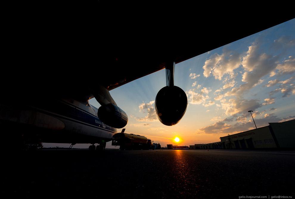8. Многоопорное шасси, снабжённое 24-мя колёсами, позволяет эксплуатировать Ан-124 с грунтовых