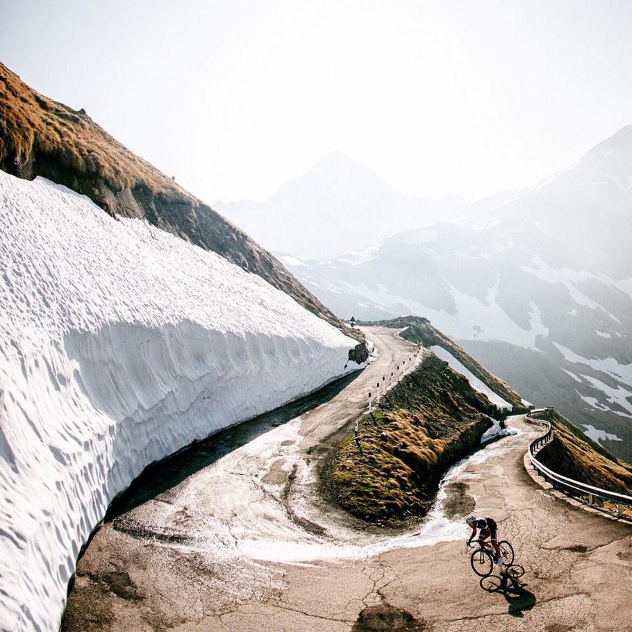 Велосипедист на серпантине