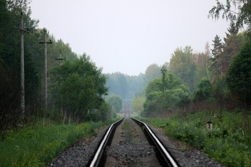 Спуск участка ЖД при приближении от Помельницы на Сычёвку к мосту через реку Каменка