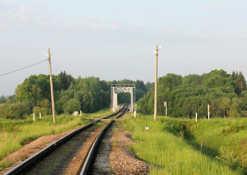 """Мост перегона Осуга - Сычёвка через реку Лосмина, недалеко от входного сигнала """"Н"""" станции Сычёвка со стороны Осуги и переезд автодороги Зубцов - Вязьма"""