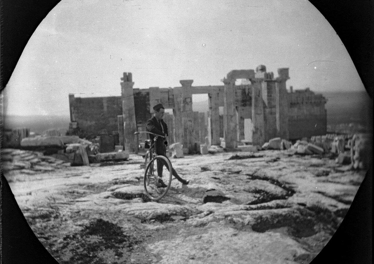 Том Аллен стоит рядом со своим велосипедом перед Пропилеями