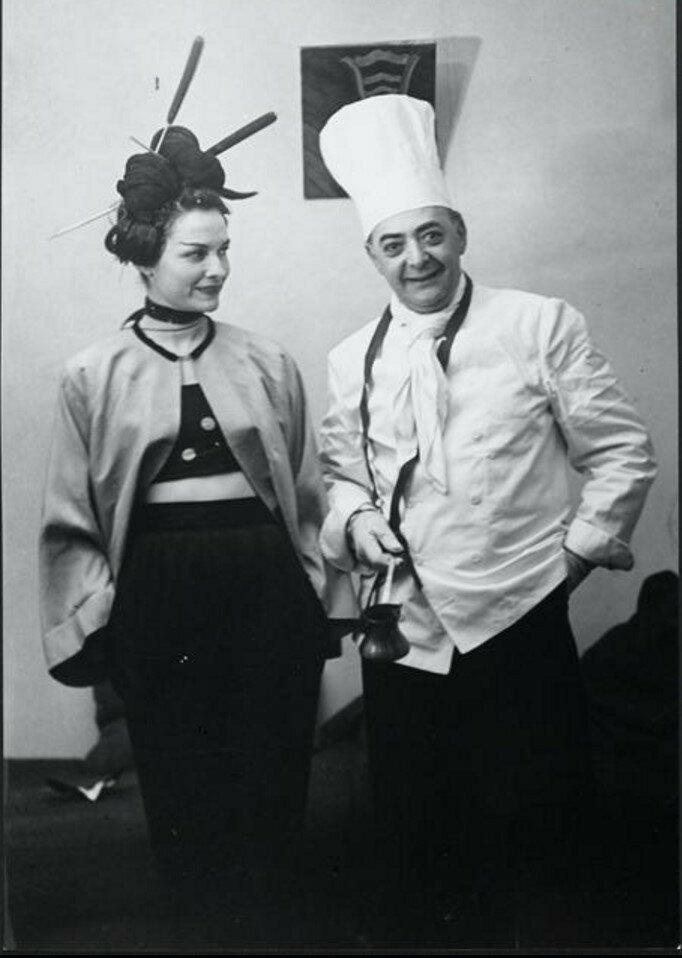 1945. Брассай одет как повар и Жильберта в образе гейши