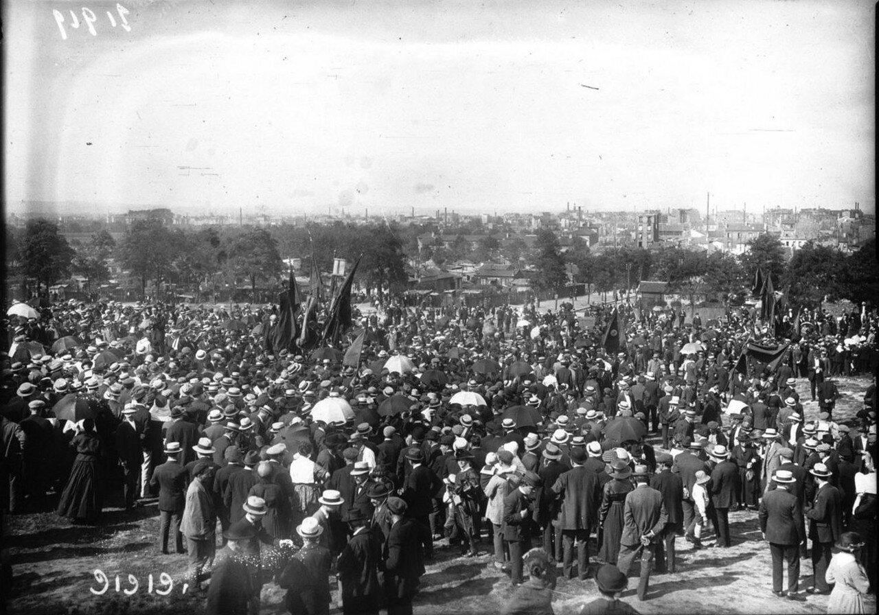 1921. Многочисленная демонстрация в поддержку голодающих России. Общий вид