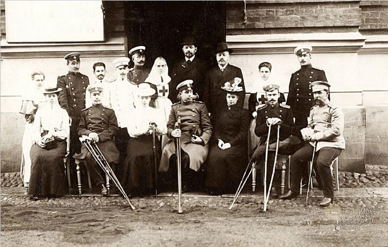 Императрица Мария Федоровна среди персонала и раненых офицеров Лазарета ее имени.1905