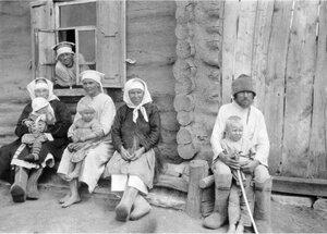Середневка. Пожилые люди и дети на завалинке у дома