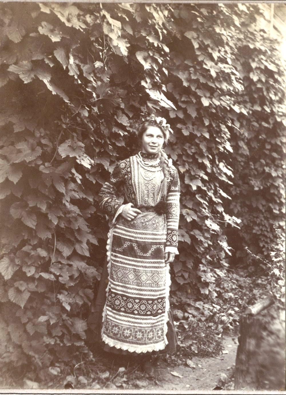 Дочь Валерия в народном костюме во дворе дома.1903