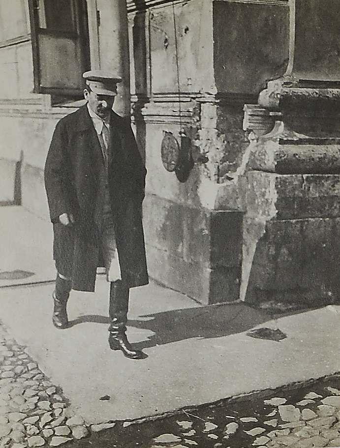 1925.Фото Генерального секретаря ЦК ВКП (б) И. В. Сталина, идущего на работу в Кремле