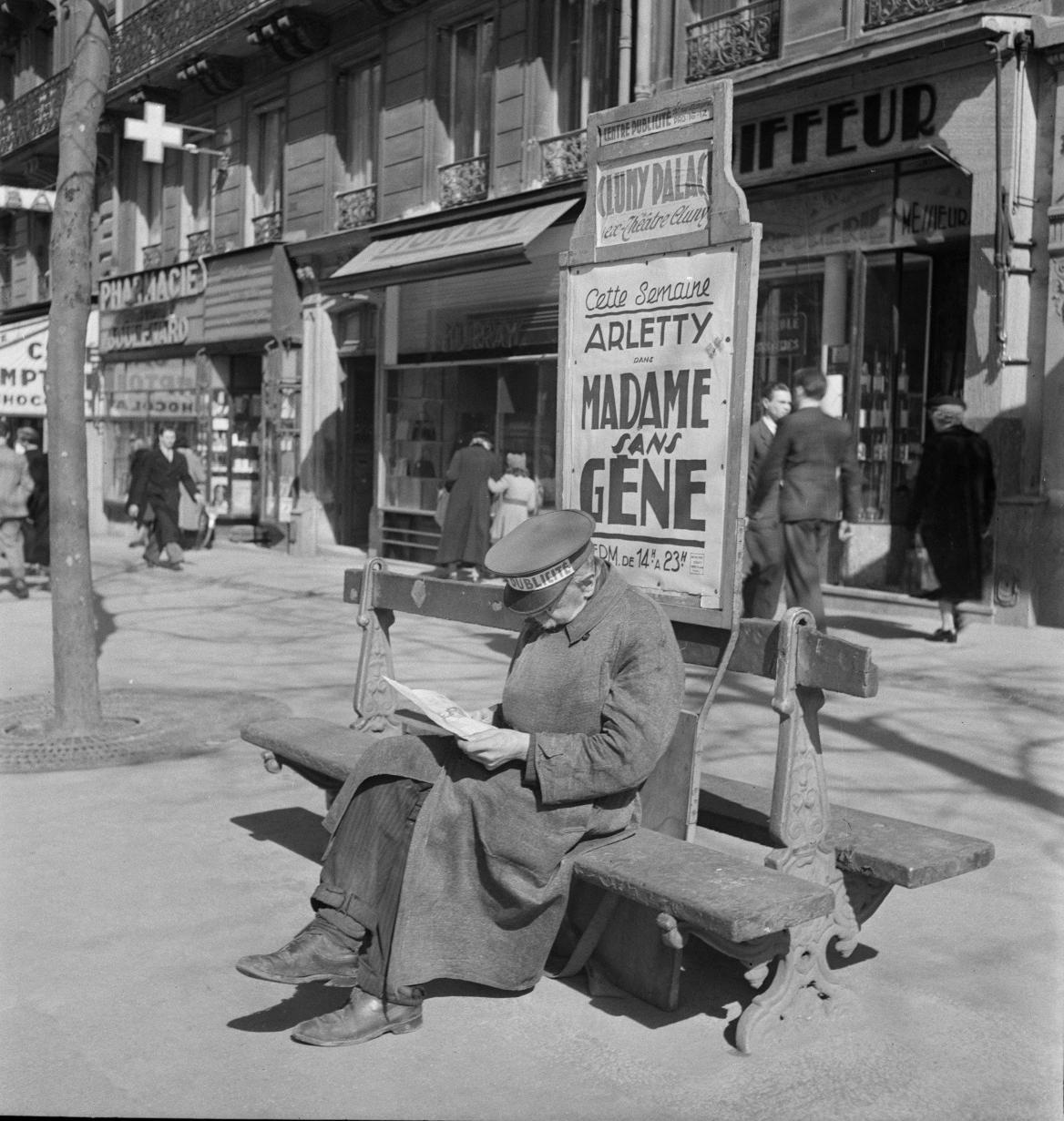 21. Человек-реклама на бульваре Сен-Мишель