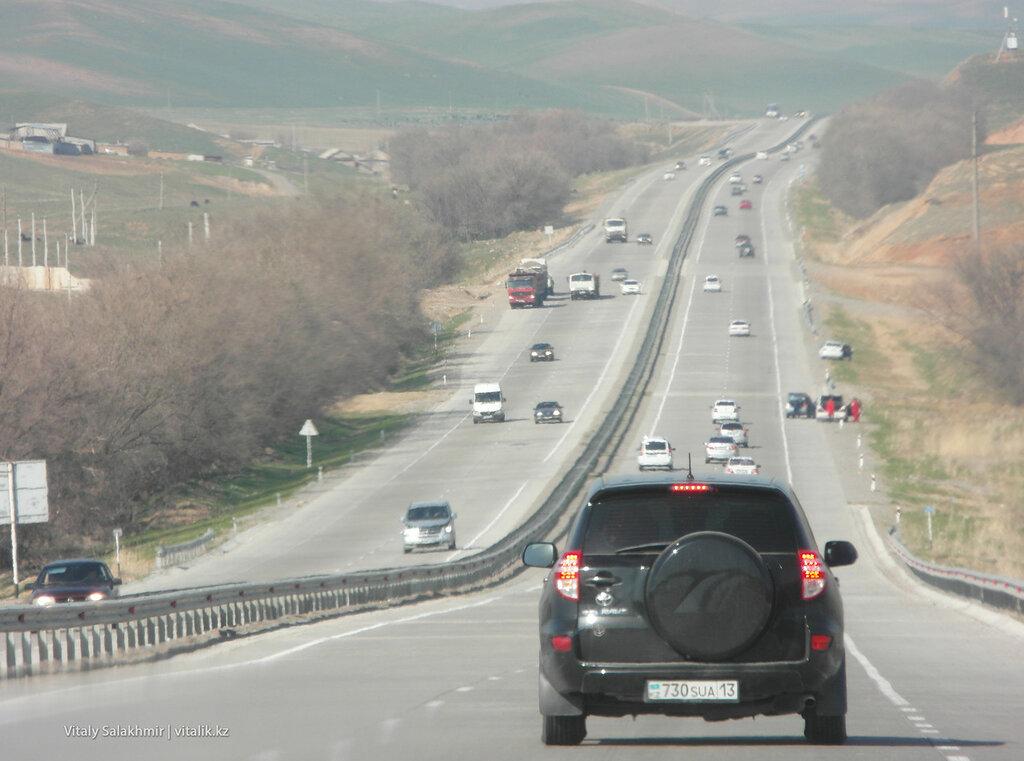 Машины по дороге до Шымкента, Казахстан