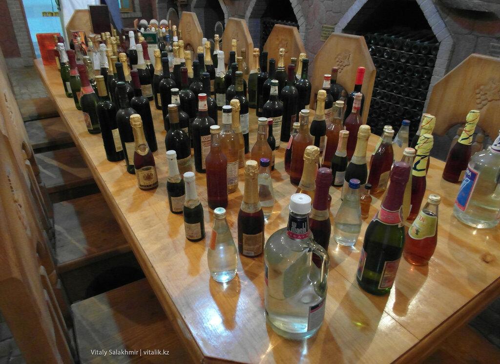 Стол со спиртным в музее Бахуса, на заводе в Алматы