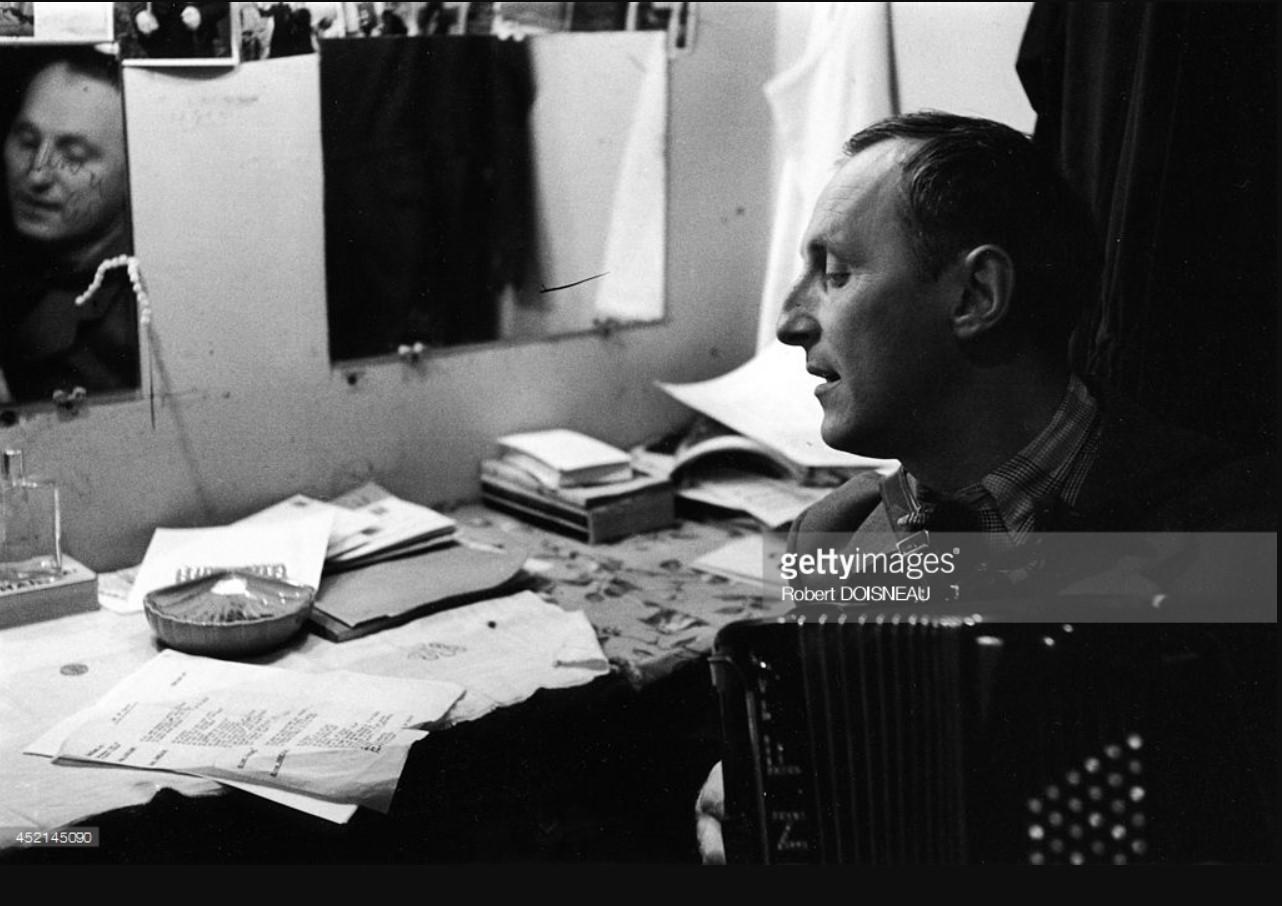 1953. Французский актер и певец Бурвиль, играющий на аккордеоне