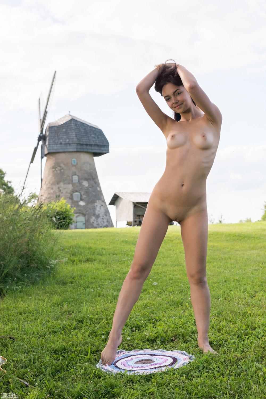 Симпатичная Mary разделась на фоне мельницы