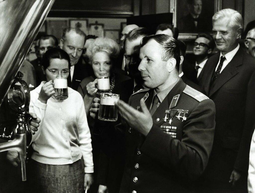 Гагарин с супругой посетили пивоваренный завод Carlsberg 7 сентября 1962 года.