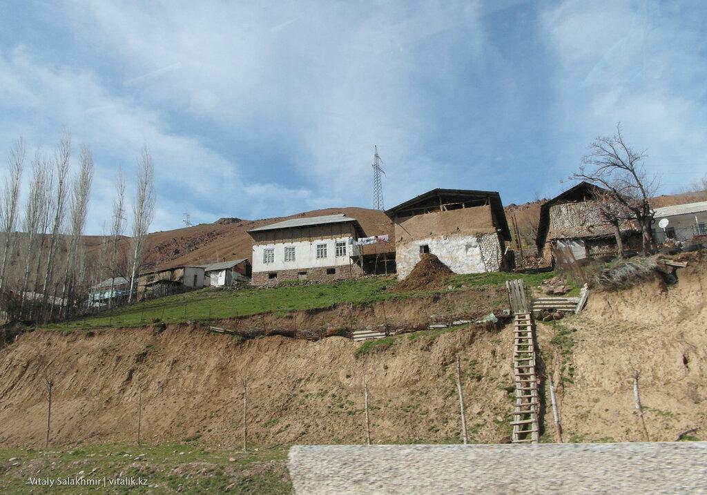 Поселок по дороге через перевал Камчик