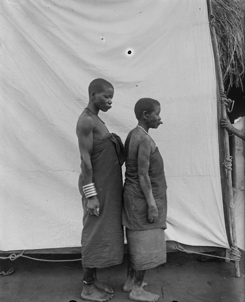 23. Антропометрическое изображение двух женщин яо