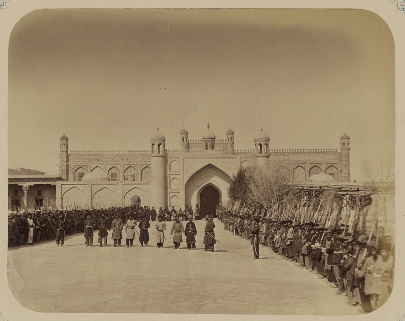 Ворота ханского дворца. Солдаты армии кокандского хана стоят во внутреннем дворе дворца