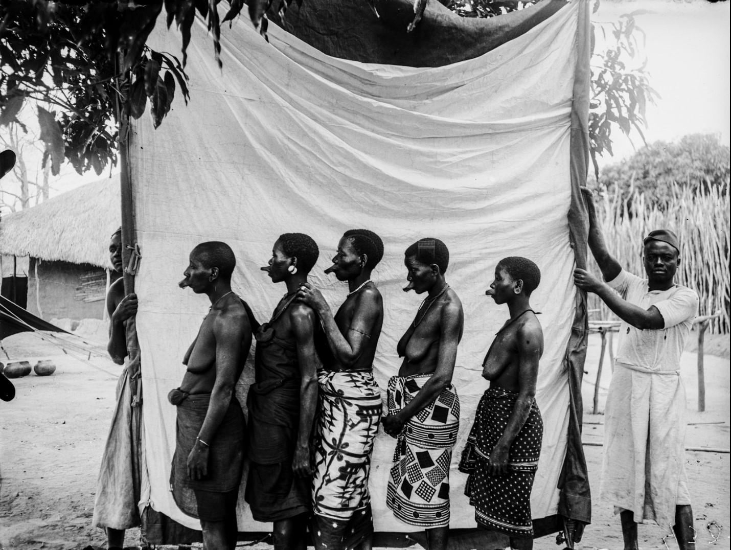 40. Антропометрическая фотография пяти женщин-маконде