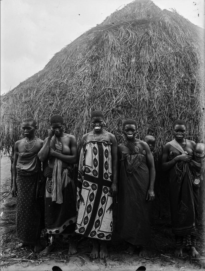 57. Антропометрическая фотография пяти женщин маконда, две с детьми