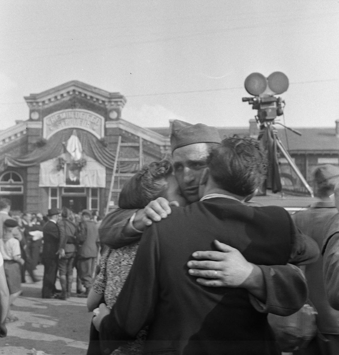 33. Выжившие во время  бомбардировки Дьепа брат и сестра обнимают освобожденного брата