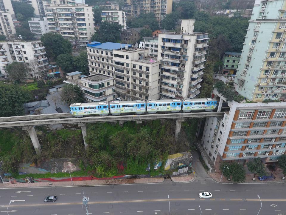 Поезд проходит через центр 19-этажного жилого дома в Китае