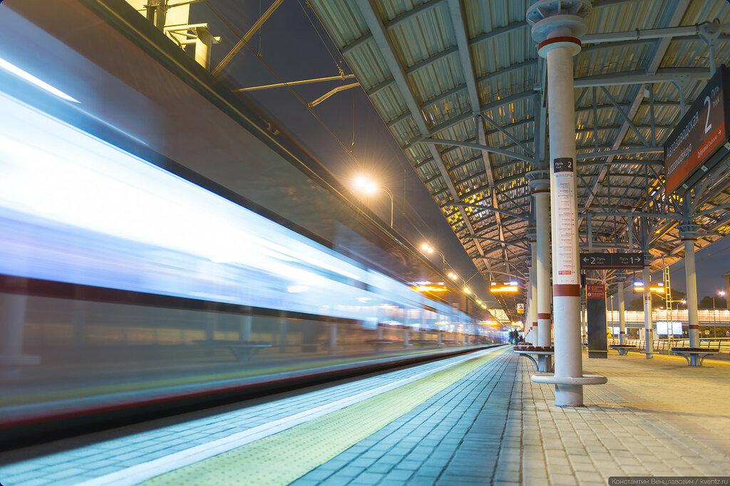На платформе остаются только опоздавшие. Так как уже поздно, следующий поезд будетчерез 12 минут. В часы «пик» интервал в два раза меньше — 6 минут.