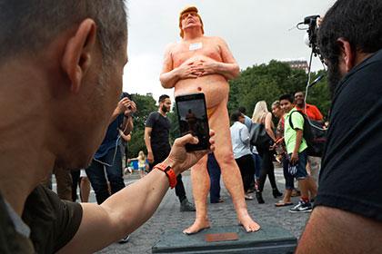 Украдена одна из пяти статуй обнаженного Трампа