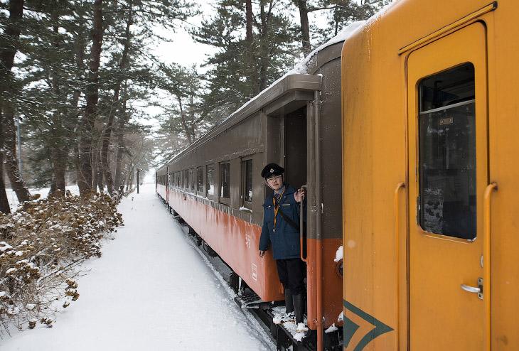 2. Сделанная, как забава для туристов, печка-буржуйка — это еще единственный способ в этом поезде не