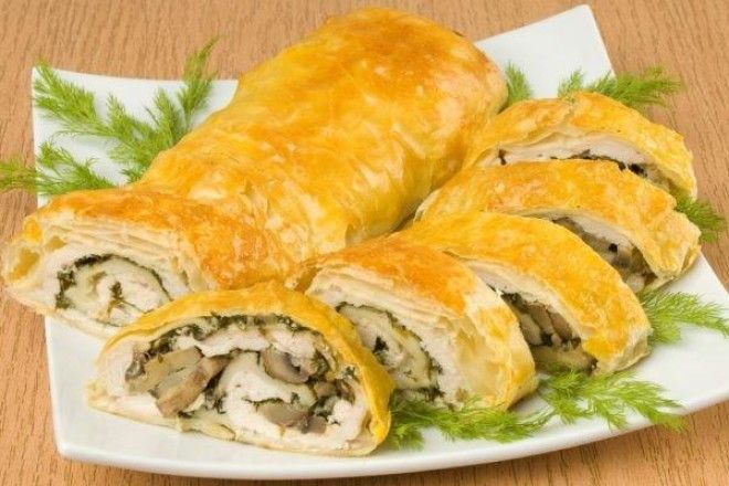 ПОНАДОБИТСЯ: 0,5 кг готового слоеного теста 2 куриных филе 1 луковица 250–300 г шампиньонов 200–300