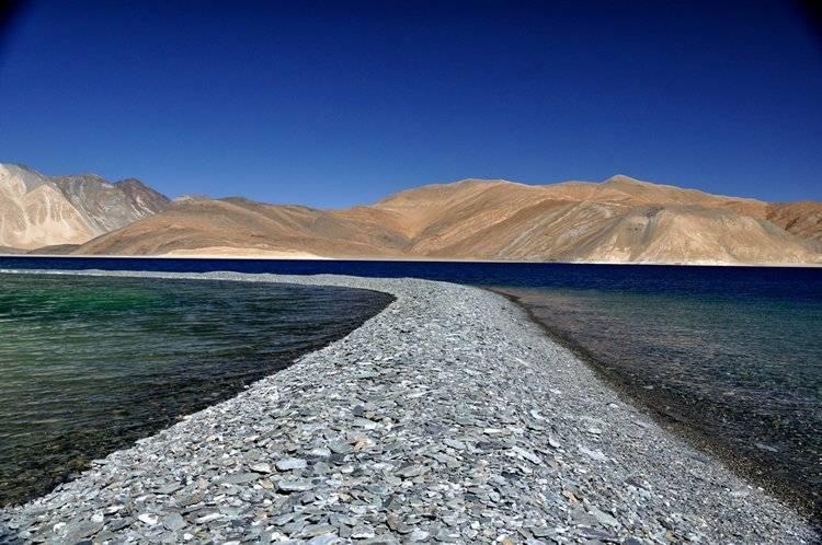 1. Озеро Пангонг Это удивительное озеро с безупречно-голубой водой, окаймленное горами и нетронутой