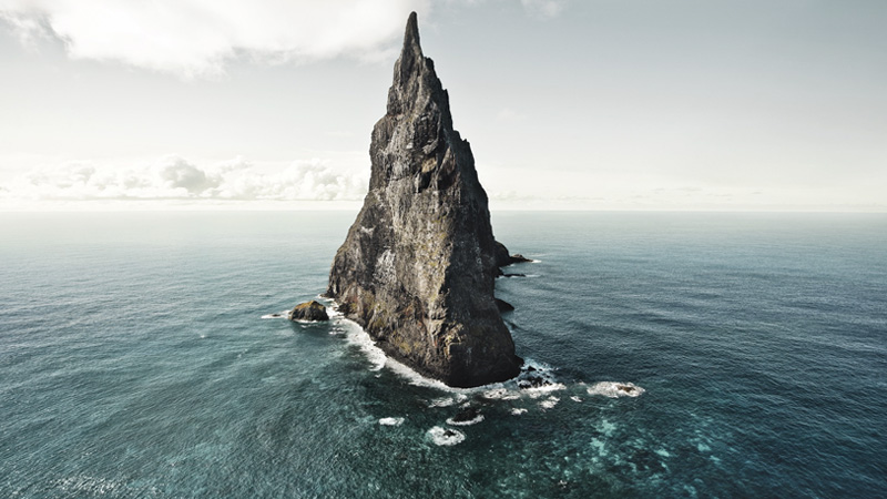 Остров находится примерно в 20 километрах к юго-востоку от острова Лорд-Хау. Каменный шпиль высотой