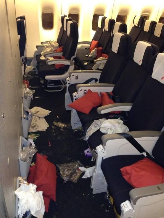 3. Жутко невоспитанные и некультурные пассажиры делают педикюр прямо во время полета, кладут ноги на