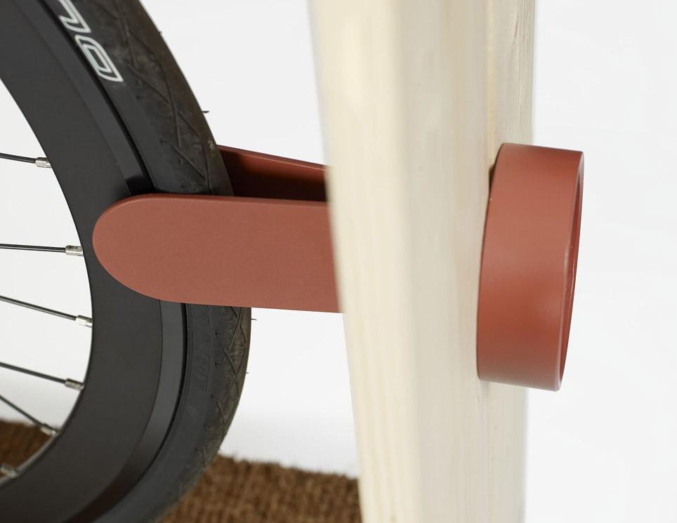 Колесо зажимается специальным фиксатором, так что велосипед не выпадет случайно из шкафа.