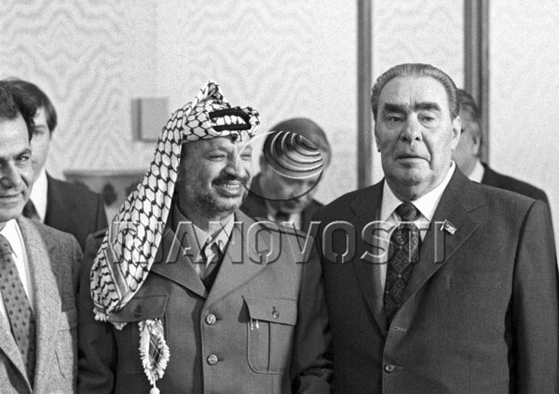 В 1968 году Ясир Арафат впервые посетил СССР, где ему устроили встречу с генсеком ЦК КПСС. Палестинс