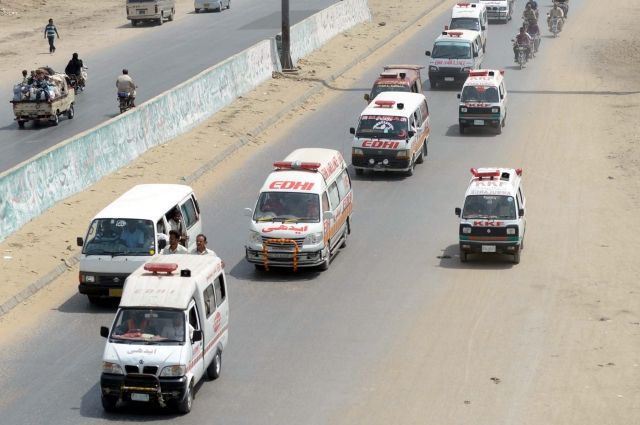 4 человека погибли, еще 150 пострадали в итоге столкновения поездов вПакистане
