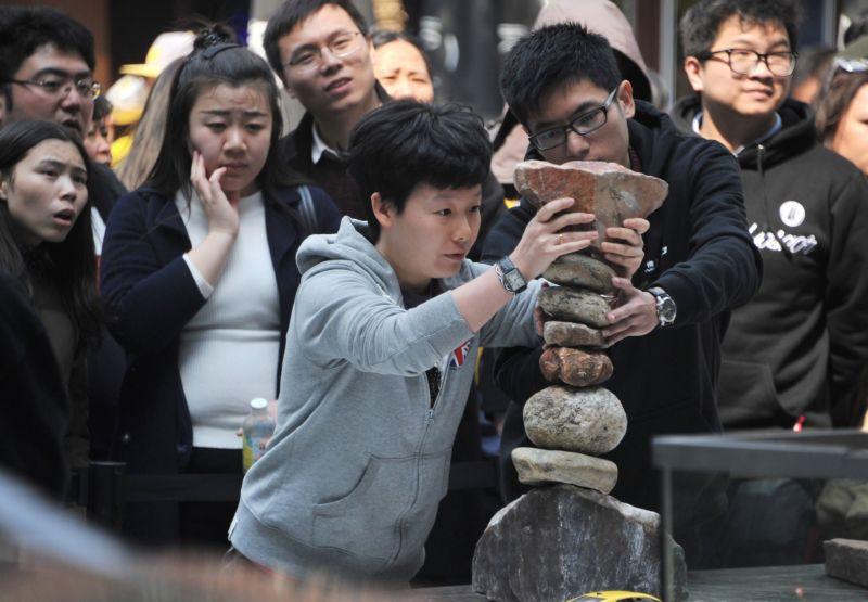 Мастер балансировки установил автомобиль на постамент из камней
