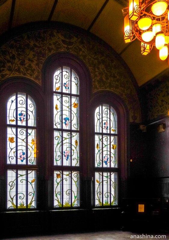 Окно-витраж в Романском зале, дом Смирнова