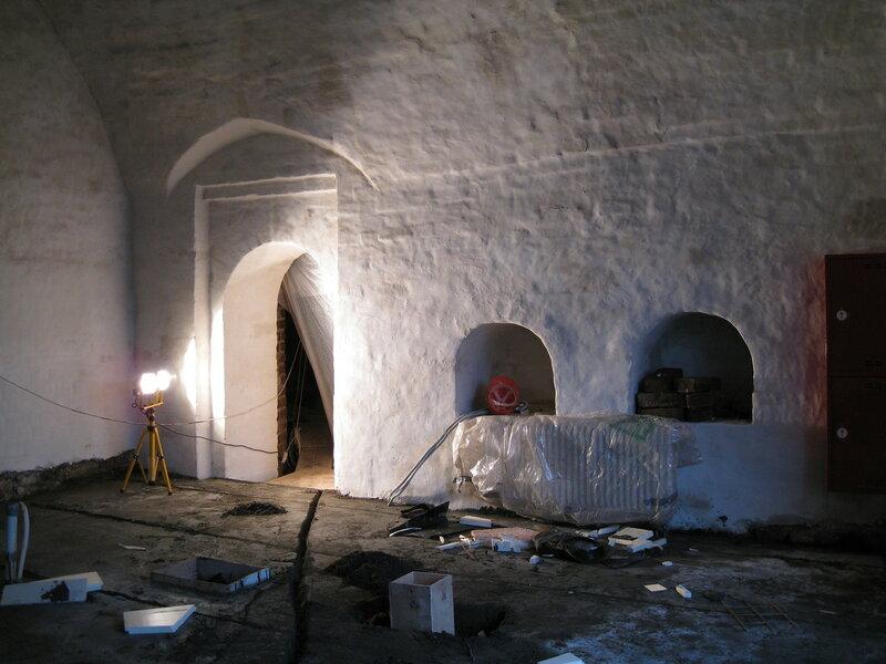12. Южная стена помещения после обмазки и покраски. Поваренный корпус 1570-х гг