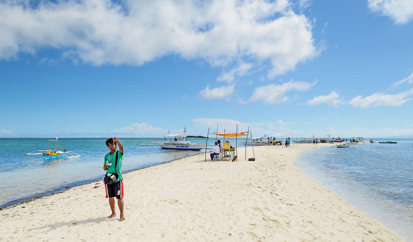 Фотография 2. Репортаж об отдыхе на Филиппинах был бы не полным, если бы я не показал продавца жемчуга, который докучал нам даже на необитаемом острове. Фотоаппарат Nikon D5100 KIT 18-55 VR. 1/250, 13.0, 100, 18.