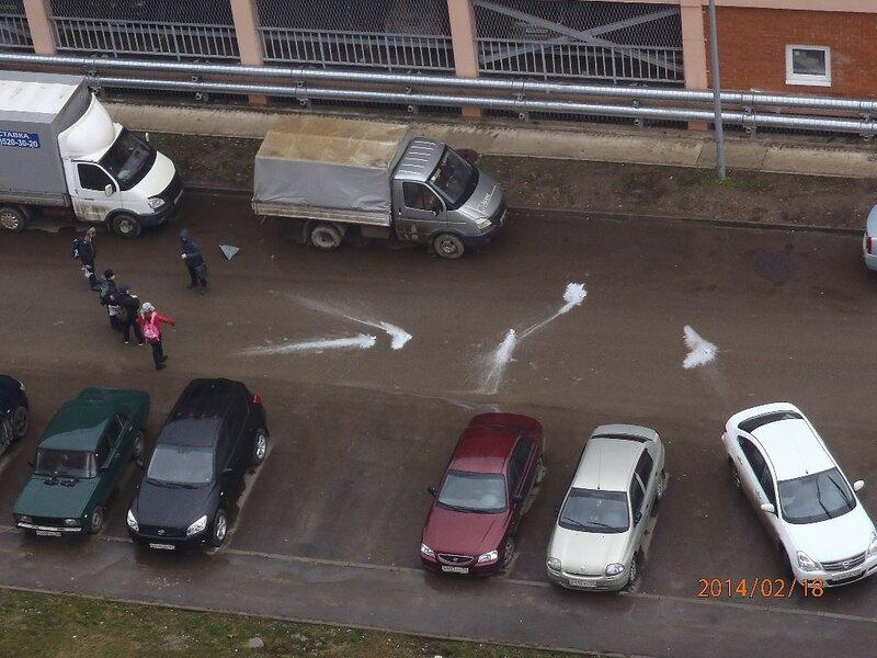 Дети, машины, белое на асфальте...