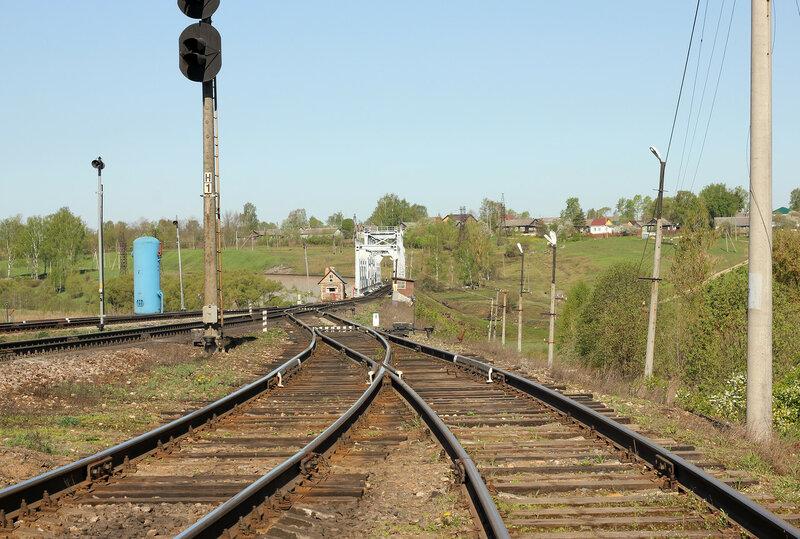 Станция Зубцов, вид на нечётные выходные и мост через реку Вазуза, охранная будка