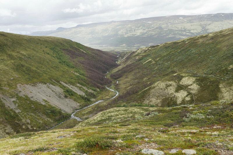 спуск в долину Grimsdalen по ущелью реки Tverråe