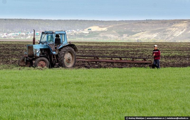 тракторист вышел из трактора на поле