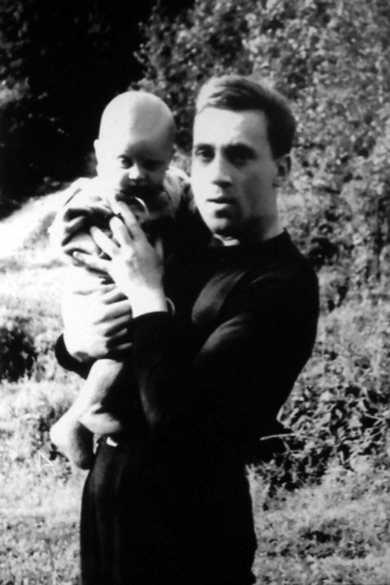 1963. Владимир Высоцкий с сыном Аркадием на станции «Отдых».  29 июля