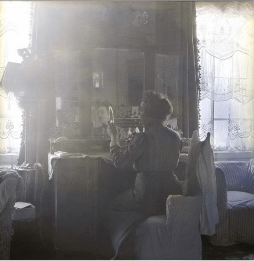 Артистка Вера Шувалова  за туалетным столиком