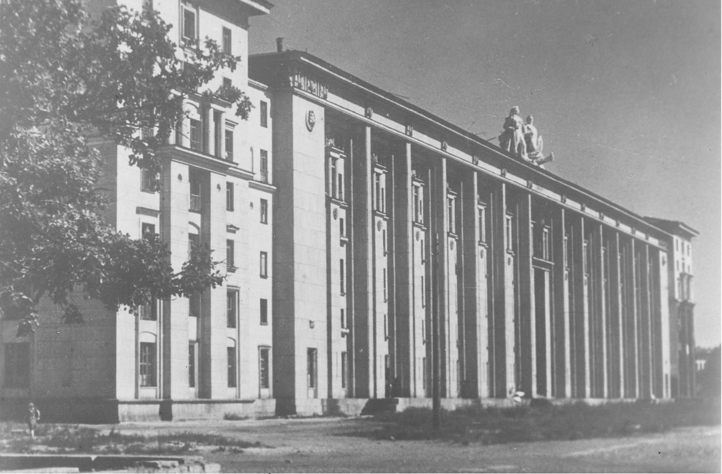 Жилой дом на Петровской набережной (1940-е)