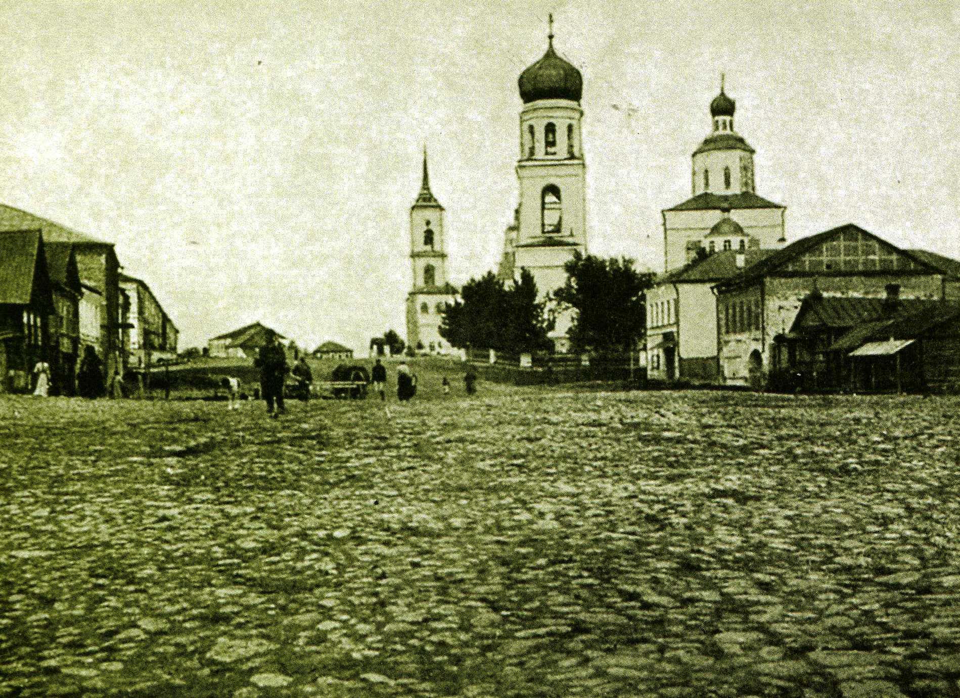 Базарная площадь с Троицким собором 1744 г. и Введенской церковью 1762 г.