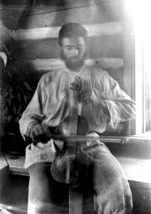 Мужчина играет на скрипке