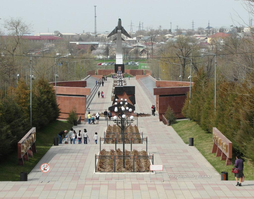 Памятник с самолетом в Шымкенте